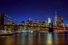 Νύχτα γεφυρών του Μπρούκλιν και οριζόντων του Μανχάταν, πόλη της Νέας Υόρκης στοκ εικόνα με δικαίωμα ελεύθερης χρήσης