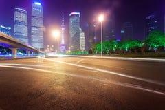 Νύχτα, ελαφριά ίχνη της Σαγκάη Pudong Στοκ εικόνα με δικαίωμα ελεύθερης χρήσης