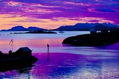 Νύχτα θερινού ηλιοστάσιου στη Νορβηγία, ζωηρόχρωμος ουρανός, που απεικονίζει στη θάλασσα στοκ φωτογραφίες