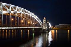 Νύχτα Ιουνίου στη γέφυρα του Μέγας Πέτρου νύχτα Πετρούπολη ST Ρωσία Στοκ εικόνα με δικαίωμα ελεύθερης χρήσης