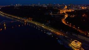 Νύχτα Κίεβο hyperlapse Ζωηρόχρωμη για τους πεζούς γέφυρα στις τράπεζες του Dnieper Εναέριο μήκος σε πόδηα απόθεμα βίντεο