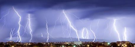 νύχτα Καταιγίδα, λάμψη της αστραπής επάνω από την πόλη Στοκ Εικόνες