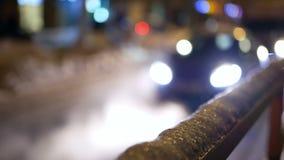 Νύχτα κυκλοφορίας χιονιού αυτοκινήτων απόθεμα βίντεο