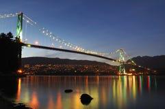 νύχτα λιονταριών πυλών γεφυρών Στοκ Φωτογραφίες