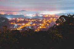 Νύχτα με μερικά σύννεφα και την πόλη στοκ εικόνες