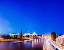 Νύχτα Μόσχα ο ποταμός και το μεγάλο παλάτι του Κρεμλίνου Στοκ Εικόνα