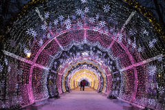 Νύχτα Μόσχα Χριστουγέννων Η ελαφριά σήραγγα στη λεωφόρο Tverskoy Στοκ Εικόνες