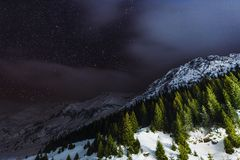 Νύχτα ουρανού με τα αστέρια στα βουνά Στοκ Φωτογραφίες