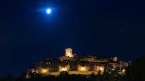 Νύχτα πανοράματος με το φεγγάρι Anghiari Στοκ φωτογραφίες με δικαίωμα ελεύθερης χρήσης