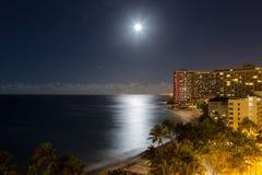Νύχτα πανσελήνων παραθαλάσσιων θερέτρων Waikiki Στοκ Φωτογραφία