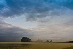 Νύχτα παραλιών υποβάθρου και νησί και μπλε χρώμα σύννεφων Ή υπόβαθρο της φύσης Στοκ Φωτογραφία