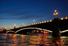 νύχτα Πετρούπολη ST Drawbridges και φω'τα πόλεων Η ομορφιά Στοκ Εικόνες