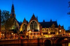 Νύχτα που πυροβολείται της πόλης, πολλά ποδήλατα στη γέφυρα στο κανάλι του Άμστερνταμ, Κάτω Χώρες Στοκ Φωτογραφία