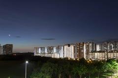 Νύχτα που πυροβολείται της συγκυριαρχίας με τα φω'τα φεγγαριών, μπλε ουρανού και νύχτας αργός πυροβολισμός παραθυρόφυλλων τοπίων  στοκ φωτογραφίες με δικαίωμα ελεύθερης χρήσης
