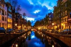 Νύχτα που πυροβολείται του καναλιού του Άμστερνταμ Στοκ εικόνα με δικαίωμα ελεύθερης χρήσης