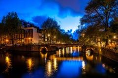 Νύχτα που πυροβολείται του καναλιού του Άμστερνταμ Στοκ Φωτογραφίες