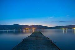 Νύχτα που πυροβολείται στο λιμενοβραχίονα Yamanaka λιμνών Ιαπωνία Στοκ Φωτογραφίες