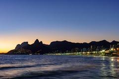 Νύχτα που φθάνει στην πέτρα Arpoador, παραλία Ipanema στο Ρίο de Ja Στοκ εικόνες με δικαίωμα ελεύθερης χρήσης