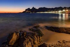 Νύχτα που φθάνει στην πέτρα Arpoador, παραλία Ipanema στο Ρίο de Ja Στοκ φωτογραφία με δικαίωμα ελεύθερης χρήσης
