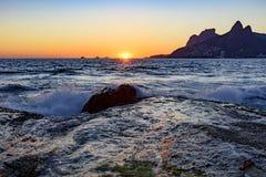 Νύχτα που φθάνει στην πέτρα Arpoador, παραλία Ipanema στο Ρίο de Ja Στοκ Φωτογραφίες
