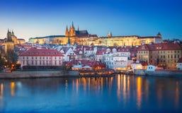 νύχτα Πράγα κάστρων cesky τσεχική πόλης όψη δημοκρατιών krumlov μεσαιωνική παλαιά Στοκ Φωτογραφία