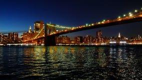 Νύχτα πόλεων της Νέας Υόρκης οριζόντων του Μανχάταν γεφυρών του Μπρούκλιν απόθεμα βίντεο