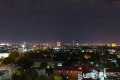 Νύχτα πόλεων τοπίων με το δραματικό ευμετάβλητο σκοτεινό ουρανό Στοκ εικόνες με δικαίωμα ελεύθερης χρήσης
