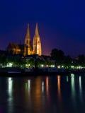νύχτα Ρέγκενσμπουργκ Δούναβη τραπεζών στοκ φωτογραφία