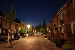 Νύχτα σε μια μέση ολλανδική οδό πόλεων Στοκ φωτογραφία με δικαίωμα ελεύθερης χρήσης