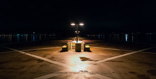 Νύχτα σε μια μόνη αποβάθρα στο Χάλιφαξ, Νέα Σκοτία Φω'τα πόλεων του Χάλιφαξ πέρα από το λιμάνι Στοκ εικόνα με δικαίωμα ελεύθερης χρήσης