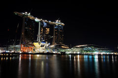 νύχτα Σινγκαπούρη κατασκ&eps Στοκ Εικόνες