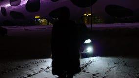 Νύχτα, σκιαγραφία, κορίτσι, προβολείς αυτοκινήτων, τρέμοντας προβολείς απόθεμα βίντεο
