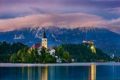 Νύχτα στην καταπληκτική πόλη αιμορραγημένος, με τα όμορφα βουνά στο υπόβαθρο Σλοβενία, Ευρώπη στοκ εικόνα
