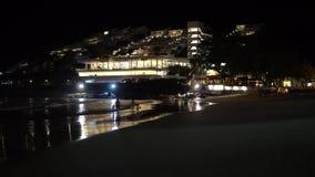 Νύχτα στην παραλία με το υπόβαθρο πόλεων απόθεμα βίντεο
