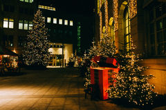 Νύχτα στην πόλη στενός κόκκινος χρόνος Χριστουγέννων ανασκόπησης επάνω Στοκ φωτογραφία με δικαίωμα ελεύθερης χρήσης