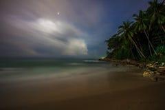 Νύχτα στην τροπική παραλία. Phuket. Ταϊλάνδη Στοκ Φωτογραφία