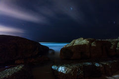 Νύχτα στην τροπική παραλία. Phuket. Ταϊλάνδη Στοκ φωτογραφία με δικαίωμα ελεύθερης χρήσης