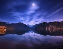 Νύχτα στη λίμνη Alpsee στη Γερμανία Ζωηρόχρωμο τοπίο νύχτας Στοκ Φωτογραφίες
