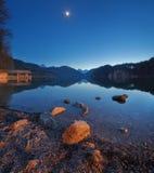 Νύχτα στη λίμνη Alpsee στη Γερμανία Όμορφο τοπίο Στοκ φωτογραφία με δικαίωμα ελεύθερης χρήσης