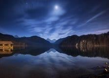 Νύχτα στη λίμνη Alpsee στη Γερμανία Όμορφο τοπίο Στοκ εικόνες με δικαίωμα ελεύθερης χρήσης