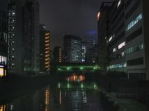 Νύχτα στη φουτουριστική πόλη με τον ποταμό και τους ουρανοξύστες Στοκ φωτογραφία με δικαίωμα ελεύθερης χρήσης