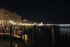 Νύχτα στο λιμένα της Βενετίας Στοκ εικόνες με δικαίωμα ελεύθερης χρήσης