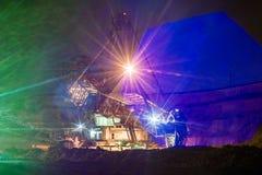 Νύχτα στο λατομείο - εκσκαφέας ροδών κάδων Μπροστινό φως Στοκ Εικόνα