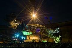 Νύχτα στο λατομείο - εκσκαφέας ροδών κάδων Στοκ φωτογραφία με δικαίωμα ελεύθερης χρήσης