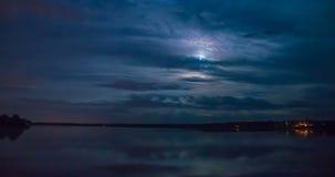 Νύχτα-σφάλμα στη λίμνη στη πανσέληνο φιλμ μικρού μήκους