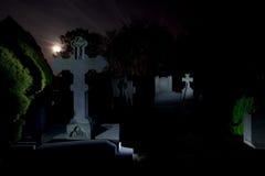 Νύχτα ταφοπετρών νεκροταφείων νεκροταφείων στοκ φωτογραφία με δικαίωμα ελεύθερης χρήσης