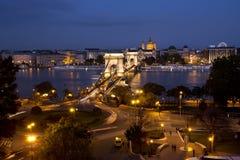 νύχτα της Βουδαπέστης Γέφυρα αλυσίδων Στοκ φωτογραφία με δικαίωμα ελεύθερης χρήσης