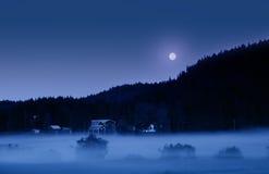 Νύχτα της Misty στο θερινό ηλιοστάσιο Στοκ Φωτογραφίες