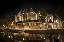 Νύχτα του Άμστερνταμ: Η εκκλησία Oude Στοκ φωτογραφίες με δικαίωμα ελεύθερης χρήσης