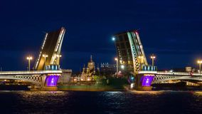 Νύχτα του ανοίγματος της γέφυρας παλατιών στη Αγία Πετρούπολη απόθεμα βίντεο